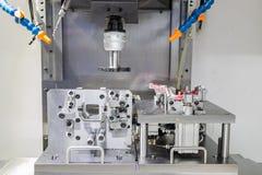 Proceso industrial del corte que trabaja a máquina del metal de partes B automotrices Imagenes de archivo