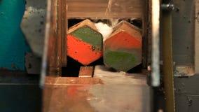 Proceso industrial del corte que trabaja a máquina del metal del detalle en blanco por la sierra eléctrica mecánica almacen de video