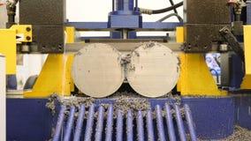 Proceso industrial del corte que trabaja a máquina del metal del detalle en blanco por la sierra eléctrica mecánica, fabricación