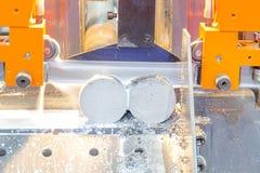 Proceso industrial del corte que trabaja a máquina del metal del espacio en blanco Fotografía de archivo