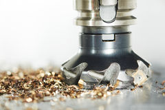 Proceso metalúrgico industrial del corte por la fresa fotografía de archivo