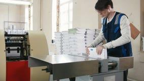 Proceso poligráfico en una casa de impresión moderna almacen de video