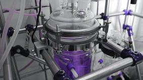 Proceso químico de la mezcla y de la homogeneización en el experimento del laboratorio Médico, farmacia metrajes