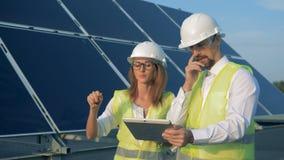 Proceso que camina de dos constructores a lo largo de la batería solar y de su deliberación metrajes