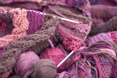 Proceso que hace punto, hilado de lanas marrón rosado púrpura en agujas del metal Fotografía de archivo libre de regalías