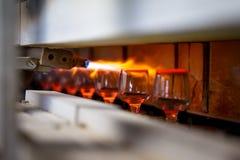 Proceso que sopla de cristal, fabricación de cristalería Imágenes de archivo libres de regalías