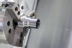 Proceso que trabaja a máquina en blanco del metal industrial por el torno del CNC Fotos de archivo