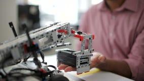 Proceso robótico de la prueba de máquinas