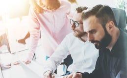 Proceso Sunny Office de la reunión de negocios de los compañeros de trabajo Concepto moderno del trabajo en equipo del primer Dis imagen de archivo libre de regalías