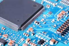Procesor i błękitny obwód deski zbliżenie Zdjęcia Stock