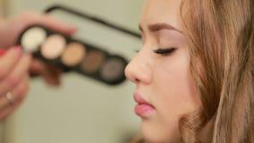 Process av att applicera ögonskugga, ögonmakeup, i kulisserna lager videofilmer