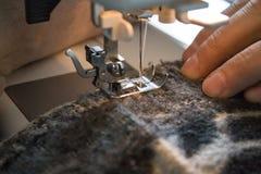 Process av att arbeta på symaskinen Royaltyfri Fotografi
