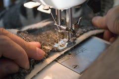 Process av att arbeta på symaskinen Arkivbilder