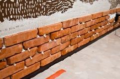 Process av att göra en vägg för röd tegelsten, hem- renovering Royaltyfria Bilder