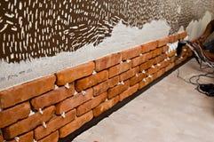 Process av att göra en vägg för röd tegelsten, hem- renovering Royaltyfri Foto