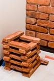 Process av att göra en vägg för röd tegelsten, hem- renovering Arkivfoton