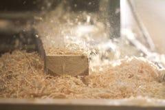 Process av att såga ett bräde med en chain såg Arkivfoto