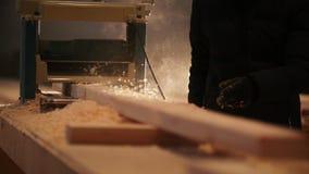 Process av att såga ett bräde med en chain såg arkivfilmer