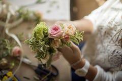 Process av att styra blommasammansättning på blommamasterclass Royaltyfri Fotografi