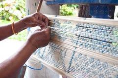 Process av att väva forntida Thailand som silke Arkivfoto