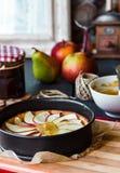 Process av danandeäpplet som är syrlig med pärondriftstopp och karamell Royaltyfri Fotografi