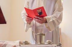 Process av dopet i katolska kyrkan Arkivfoto