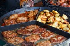 Process av europeisk traditionell mat för matlagning arkivbilder