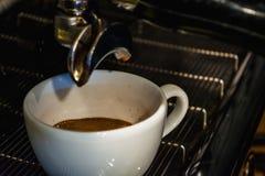 Process av förberedelsen av en cappuccino Arbeta baristaen i coffee shop behandling för förberedelse för foto för maskin för kaff royaltyfria foton