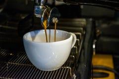 Process av förberedelsen av en cappuccino Arbeta baristaen i coffee shop behandling för förberedelse för foto för maskin för kaff arkivbilder