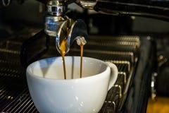 Process av förberedelsen av en cappuccino Arbeta baristaen i coffee shop behandling för förberedelse för foto för maskin för kaff royaltyfri fotografi