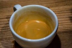 Process av förberedelsen av en cappuccino Arbeta baristaen i coffee shop Nytt kaffe i en vit kopp på en tabell arkivfoton
