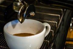 Process av f?rberedelsen av en cappuccino Arbeta baristaen i coffee shop behandling f?r f?rberedelse f?r foto f?r maskin f?r kaff royaltyfria bilder