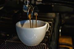 Process av f?rberedelsen av en cappuccino Arbeta baristaen i coffee shop behandling f?r f?rberedelse f?r foto f?r maskin f?r kaff fotografering för bildbyråer