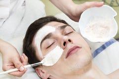 Process av massagen och ansiktsbehandlingar arkivfoto