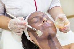 Process av massagen och ansiktsbehandlingar royaltyfri foto