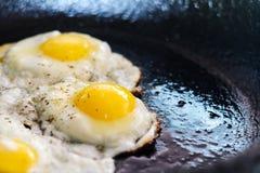 Process av matlagning stekte ägg royaltyfri foto