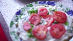 Process av matlagninggrönsakkakan med kräm stock video