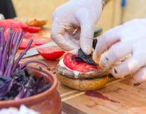 Process av matlagninghamburgaren Arkivbild