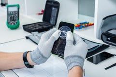 Process av mobiltelefonreparationen Fotografering för Bildbyråer