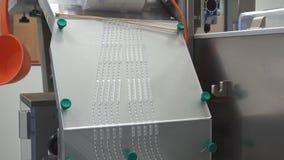 Process av produktion av preventivpillerar, minnestavlor Industriellt farmaceutiskt begrepp Fabriksutrustning och maskin arkivfilmer
