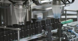 Process av produktion av preventivpillerar, minnestavlor Industriellt farmaceutiskt begrepp Fabriksutrustning och maskin 4K arkivfilmer