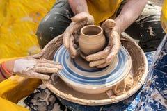 Process av rotation av hjulet för keramiker` s, händer av ceramisten arkivbilder