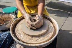 Process av rotation av hjulet för keramiker` s, händer av ceramisten royaltyfri foto