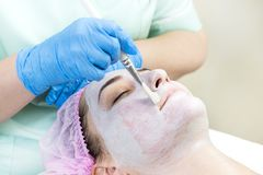 Process cosmetic mask of massage and facials. In beauty salon Royalty Free Stock Photos