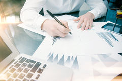 Process för arbete för investeringchef Dokument för rapport för marknad för fotoaffärsmanarbete Använda elektroniska apparater Ar Arkivfoto