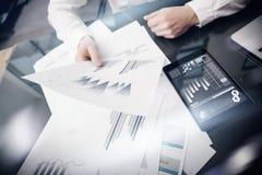 Process för arbete för investeringchef Dokument för rapport för marknad för fotoaffärsmanarbete Använda elektroniska apparater Ar Arkivbilder