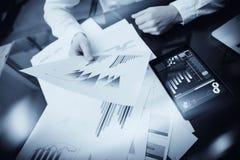 Process för arbete för investeringchef Dokument för rapport för marknad för fotoaffärsmanarbete Använda elektroniska apparater Ar Royaltyfri Foto