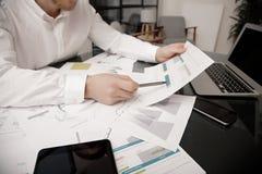 Process för arbete för investeringchef Marknaden för arbete för fotobankaffärsmannen analyserar Använda elektroniska apparater Vä Arkivbild