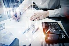Process för arbete för investeringchef Minnestavla för rapport för marknad för arbete för begreppsfotoaffärsman modern Använda de Royaltyfria Bilder