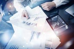 Process för arbete för investeringchef Minnestavla för rapport för marknad för arbete för begreppsfotoaffärsman modern Använda de Royaltyfri Bild